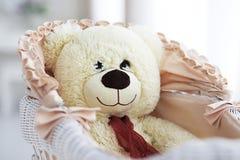 Leksakbjörn i en pram Royaltyfri Bild