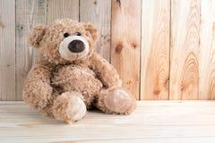 Leksakbjörn på trägolv Royaltyfria Foton