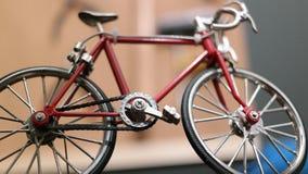 Leksakcykeln ser som statyn från en bra sida för cykla lopp royaltyfri bild