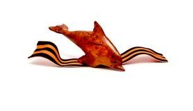 Leksakdelfin dyker in i en våg Arkivfoto