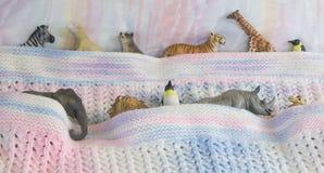 Leksakdjur i säng Arkivbild