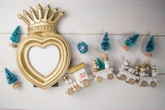 Leksakdrev på vit bakgrund för den ChristmasGreeting hjärtaramen för prinsessaflicka Arkivfoton