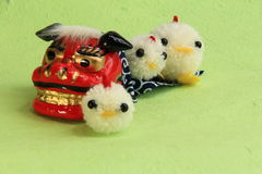 Leksaker, asiatiskt lejon för nytt år och fågelunge av garn Fotografering för Bildbyråer
