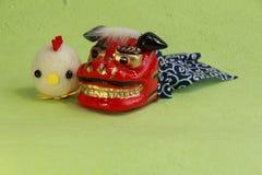 Leksaker, asiatiskt lejon för nytt år och fågelunge av garn Arkivbilder