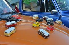 Leksaker av klassiska Volkswagen bilar på en utskjutande cowling Royaltyfri Foto