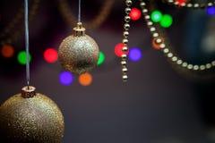 Leksaker för det nya året En toy på entree med porslin Jultomte och gran - tree En toy på entree med porslin Jultomte och gran -  fotografering för bildbyråer