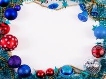 Leksaker för det nya året En toy på entree med porslin Jultomte och gran - tree En toy på entree med porslin Jultomte och gran -  arkivfoton