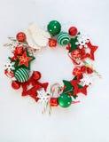 Leksaker för ferie för krans för glad jul röda vita arkivfoton