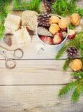 Leksaker för julgranen och sörjer kottar på nytt år för gammal träbakgrund Royaltyfri Foto