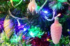 Leksaker för ` s för nytt år på julgranen fotografering för bildbyråer