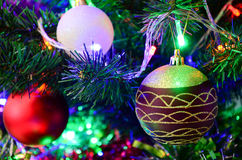 Leksaker för ` s för nytt år på julgranen royaltyfri bild