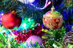 Leksaker för ` s för nytt år på julgranen Arkivfoto