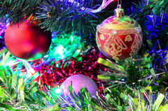 Leksaker för ` s för nytt år på julgranen royaltyfri foto