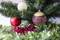 Leksaker för ` s för nytt år på julgranen Arkivfoton