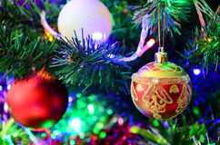 Leksaker för ` s för nytt år på julgranen Royaltyfri Fotografi