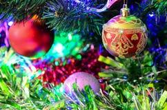 Leksaker för ` s för nytt år på julgranen Royaltyfria Foton