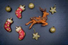 Leksaker för ` s för nytt år på en mörk tabell Arkivfoto
