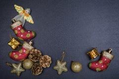 Leksaker för ` s för nytt år på en mörk tabell Arkivbilder