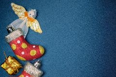 Leksaker för ` s för nytt år på en mörk tabell Royaltyfria Foton