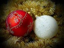 Leksaker för ` s för nytt år på filialer av ettträd glass sphere celebratory bakgrund ` S för nytt år och jul Arkivbilder