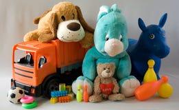 Leksaker - gladlynt familj Fotografering för Bildbyråer