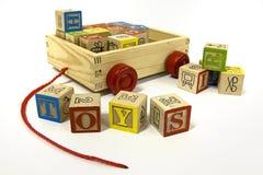 Leksaker i en vagn arkivbild