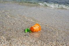 Leksaker i havsvattnet Arkivbild