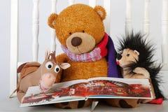 Leksaker läste en bok arkivfoto