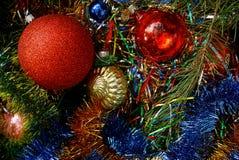 Leksaker och bollar för ` s för nytt år i ljusa garneringar och gröna visare Arkivfoto
