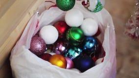 Leksaker och glitter för ` s för nytt år som ligger i en packe arkivfilmer