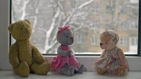 Leksaker och snönedgångar utanför fönstret lager videofilmer