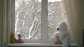 Leksaker på fönsterbrädan lager videofilmer