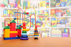 Leksaker på golvet Arkivfoto