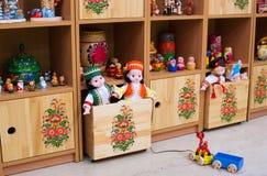 Leksaker på hyllor i garderoben Arkivbild