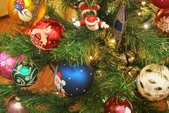 Leksaker på julträdet Garneringar för nytt år royaltyfria foton