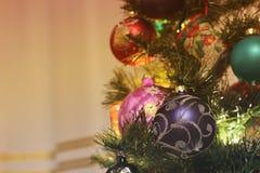 Leksaker på trädet för nytt år royaltyfria bilder