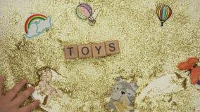 Leksaker uttrycker på kuber som göras av ungen som mousserar bakgrund, online-lagret, stoppar rörelse arkivfilmer
