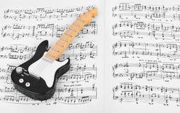 Leksakgitarr och musikark Arkivbild