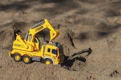 Leksakgrävskopa i sanden Royaltyfri Foto