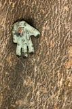 Leksakhand som spikas till ett träd Royaltyfri Fotografi