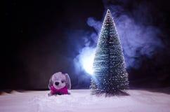 Leksakhund - ett symbol av det nya året under snön mot bakgrunden av gran förgrena sig Leksaks hund som ett symbol av 2018 nya år Royaltyfri Fotografi