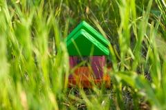 Leksakhus i gräset Arkivfoto