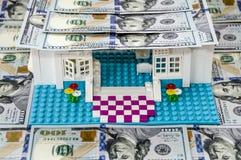 Leksakhus med ett tak av dollar royaltyfria foton