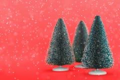 Leksakjulträd på rött Arkivbild