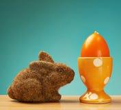 Leksakkanin bredvid en ägghållare fotografering för bildbyråer