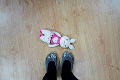 Leksakkanin på golvet Arkivfoto