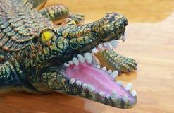Leksakkrokodil med den öppna munnen royaltyfri fotografi