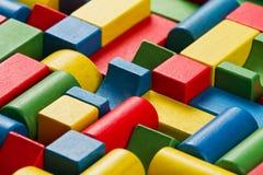 Leksakkvarter, flerfärgade trätegelstenar, grupp av färgrik buildin Arkivbilder
