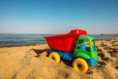 Leksaklastbil i sanderna Arkivfoton
