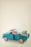 Leksaklastbil som packas med färgrikt möblemang Royaltyfria Foton